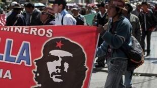 Os grevistas bolivianos, entre eles milhares de mineiros, foram retirados pela polícia das estradas bloqueadas desde segunda-feira.