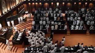 Des fidèles du Premier ministre ont tenté de perturber le vote au Parlement du Sri Lanka, le 14 novembre.