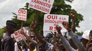 Manifestantes que se opõem à amnistia dos autores do golpe de Estado, em Ouagadougou, a  23 Setembro 2015.
