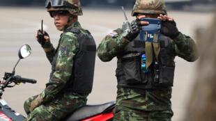 Lính Thái chụp hình các nhà báo tại một căn cứ quân sự ở Bangkok, 29/01/2015.