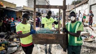 ouvriers-portent-masquese-proteger-Covid-19-Dakar-22-2020_0_729_486