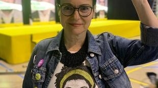 A jurista sergipana Maria Dantas, eleita deputada na Espanha no domingo, 28 de abril de 2019, veste camisa com imagem de Marielle Franco.