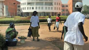 Junto ao Parlamento guineense em Bissau