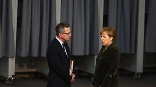 German Interior Minister Thomas de Maizière (L) and Chancellor Angela Merkel