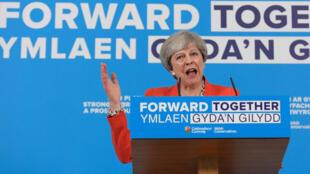 Primeira-ministra britânica Theresa May viu suas intenções de voto caírem 15% depois do atentado de Manchester
