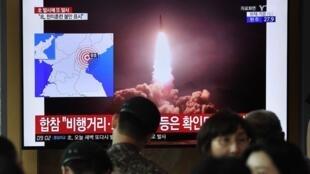 Dân Hàn Quốc xem thông tin trên truyền hình về một vụ Bắc Triều Tiên thử nghiệm tên lửa, tại một ga tàu điện ở Seoul ngày 10/08/2019.