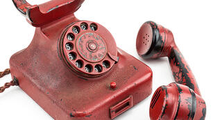 """Telefone vermelho de Hitler, """"telefone da destruição"""", foi vendido em leilão por 239 mil euros."""