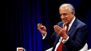 L'émissaire américain pour la paix en Afghanistan, Zalmay Khalilzad lors d'un débat sur la chaîne de télévision Tolo à Kaboul, le 28 avril 2019.