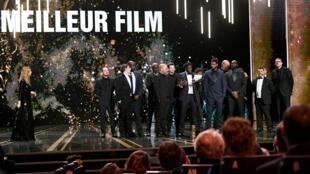 Le réalisateur Ladj Ly reçoit le prix du meilleur film pour le film «Les Misérables» lors de la 45e cérémonie des César à Paris, le 29 février 2020.