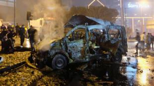 O carro-bomba que atingiu na noite de sábado (10) um ônibus que transportava policiais no centro de Istambul, na Turquia.