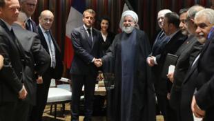 Tổng thống Pháp Emmanuel Macron (T) và đồng nhiệm Iran Hassan Rohani bắt tay nhau sau cuộc gặp tại New York, ngày 23/09/2019.