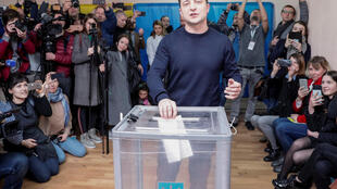Danh hài, ứng cử viên tổng thống Volodymyr Zelenskiy bỏ phiếu bầu tại Kiev ngày 31/03/2019.