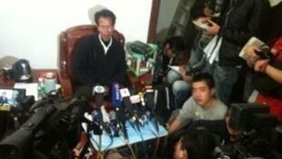 """12有21日,广东陆丰乌坎""""林朱""""谈判,引发国际媒体的极大关注。图为村代表林祖銮接受媒体采访。"""