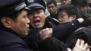Arrestation d'un manifestant devant le cinéma de la paix à Shanghai, le 20 février 2011.