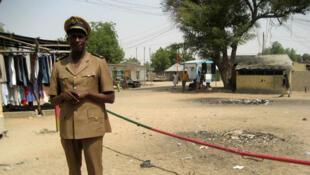 Check-point d'Amchidé. La frontière entre le Cameroun et le Nigéria traverse ce petit village en deux. Côté nigérian, les douaniers sont en civil depuis la dernière attaque de Boko Haram contre leur poste de douane.