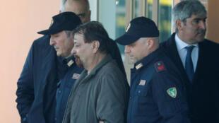 O ex-guerrilheiro esquerdista italiano Cesare Battisti é escoltado pela polícia do aeroporto de Ciampino, em Roma, Itália, em 14 de janeiro de 2019.