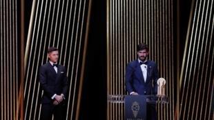 Alisson leva primeiro troféu de melhor goleiro do mundo no Bola de Ouro da FIFA