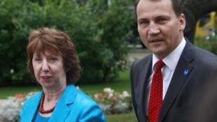 A chede da diplomacia europeia, Catherine Ashton, e o ministro polonês das Relações Exteriores chegam juntos para reunião informal de ministros do bloco na Polônia.