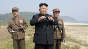 Lãnh đạo BTT Kim Jong Un đến thăm một đội pháo binh thuộc đơn vị 851 kPa. Ảnh do KCNA cung cấp, không ghi rõ ngày tháng cụ thể.