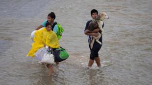 Muitas famílias tiveram de deixar as suas casas, em Houston ( Texas), depois da passagem do furacão Harvey, a 28 de Agosto