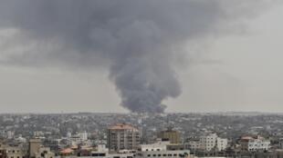 Fumaça se eleva acima da cidade de Gaza após ataque aéreo israelense neste sábado (12).