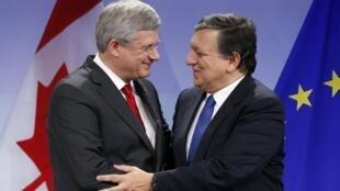 El premier canadiense Stephen Harper con el presidente de la Comisión Europea José Manuel Barroso, en Bruselas, el pasado 18 de octubre.