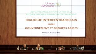 Le secrétaire général adjoint aux opérations de maintien de la paix, le commissaire de l'UA pour la paix et la sécurité et le chef de la diplomatie soudanaise lors de la session d'ouverture des négociations à Khartoum le 24 janvier 2019.
