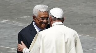 Papa Francisco cumprimenta presidente palestino, Mahmoud Abbas, após canonização de religiosas palestinas, no Vaticano, neste domingo (17).