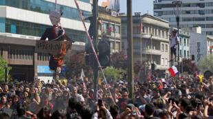Người biểu tình đốt hình nộm của tổng thống Chilê Sebastian Piñera, ngày 23/10/2019, tại thành phố Concepcion.