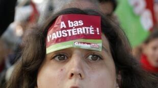 Franceses manifestaram neste domingo (30) pelas ruas de Paris para rechaçar as políticas de austeridade impostas na Europa
