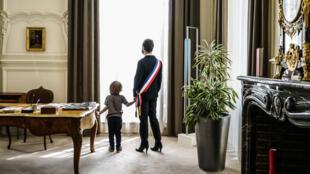 Illustration de la pièce de théatre «Qui va garder les enfants ?» avec Nicolas Bonneau.