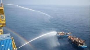 圖為東森新聞轉中國微博登鑽井台向越南漁船噴射水柱圖   2017-06-07