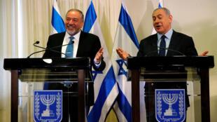 Lieberman e Netanyahu durante a cerimônia de assinatura do acordo entre o governo e os ultranacionalistas.