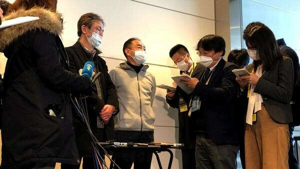 部分日本民众乘坐包机撤离武汉抵达日本羽田机场后与记者交谈 2020年1月29日