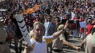 Dans la ville de Sao Luiz do Paraitinga, c'est un enseignant qui a été choisi pour être le porteur de la flamme olympique.