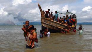 Người Rohingya vượt biên sang Bangladesh qua vịnh Bengal. Ảnh chụp ngày 11/09/2017.