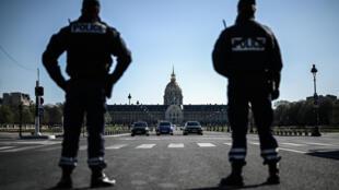 Сотрудники полиции проверяют у граждан наличие формуляров для выхода на улицу.