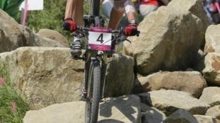Французская спортсменка Жюли Брессе, олимпийская чемпионка в кросс-кантри 11 августа 2012 г.