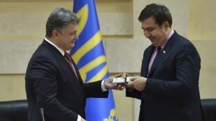 Президент Украины Петр Порошенко передает экс-президенту Грузии Михаилу Саакашвили удостоверение губернатора Одесской области, Одесса, 30 мая 2015 г.