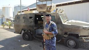 Soldado iraquiano inspeciona usina alétrica ao norte de Bagdá, que sofreu ataque de camicases em 2 de setembro de 2017.