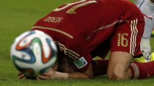 Sergio Busquets fica abatido após a eliminação da Espanha no jogo contra o Chile, nesta quarta-feira (18), no Maracanã.