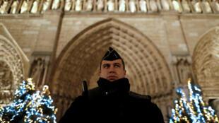 2016年聖誕夜法國教堂前的警察