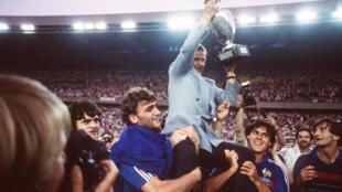 Michel Hidalgo soulevant le trophée remis aux vainqueurs de l'Euro 1984 de football.