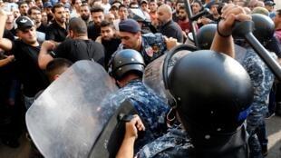 Des officiers de police anti-émeute face à des partisans du Hezbollah, à Beyrouth, le 25 octobre 2019.