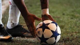 Jogador guineense colocando o esférico no terreno de futebol