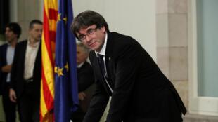 O presidente catalão Carles Puigdemont assina a declaração de independência, em Barcelona, em 10 de outubro 2017.