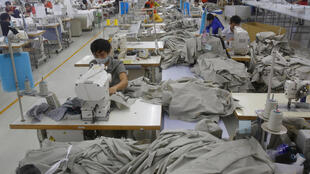 Một nhà máy may quần áo ở tỉnh Hưng Yên, Việt Nam. Ảnh chụp ngày 05/01/2016