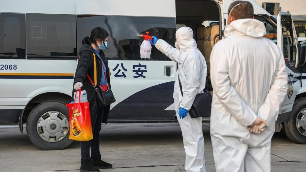 Un membre du personnel médical pulvérisant du désinfectant sur un patient après son retour d'un hôpital et son retour dans une zone de quarantaine à Wuhan, l'épicentre de l'épidémie de coronavirus, le 3 février 2020. (Image d'illustration)