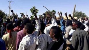 Masu zanga-zanga a birnin Khartoum na Sudan, da ke neman shugaban kasar Omar al-Bashir ya yi murabus.