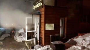 Входе в пермский мини-отель «Карамель», где утром 20 января от взрыва трубопровода погибли пять человек.